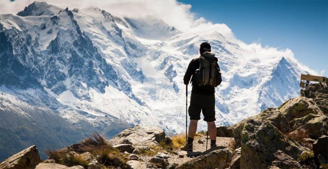 Escursionista con montagne innevate